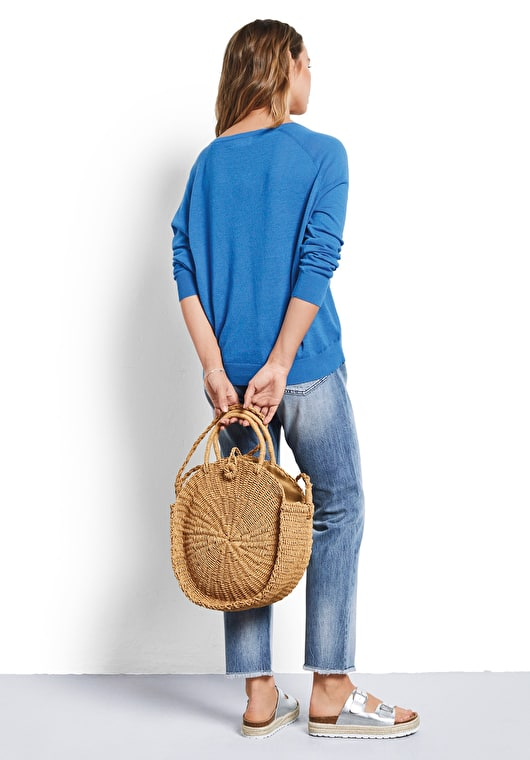 Model wears our lightweight linen v neck jumper in french blue